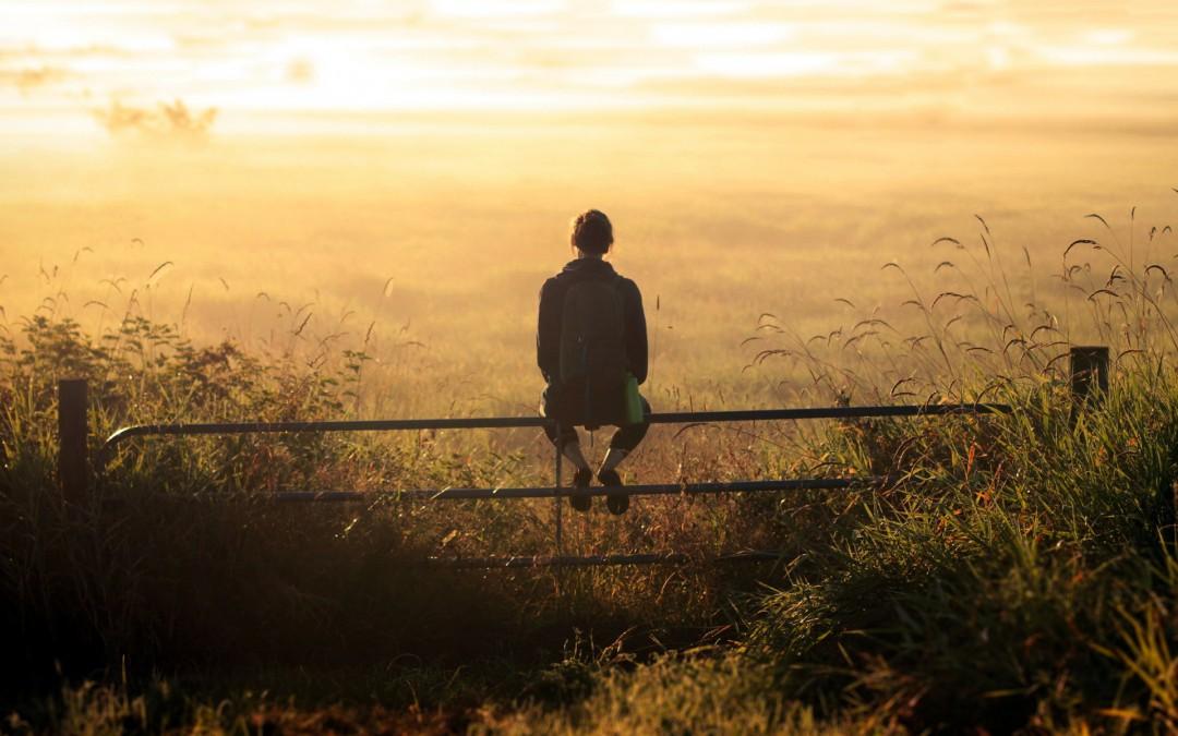 mergina žiūri į horizontą